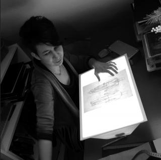 Magali Bonilla Roussel à la planche à dessin