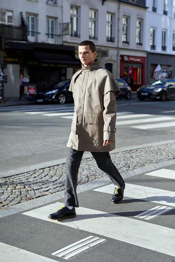 Mannequin homme portant la Parka Australienne en gabardine beige-kaki de 3/4 face, en train de marcher