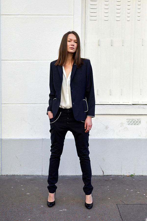 Mannequin femme portant le blazer Femme bleu et satin de face, ainsi que le pantalon boyfriend habillé du même tissu bleu marine et aux bords de poches en cordonnet de satin blanc , les boutons de la braguette sont apparents et en résine bleue cousus à la main
